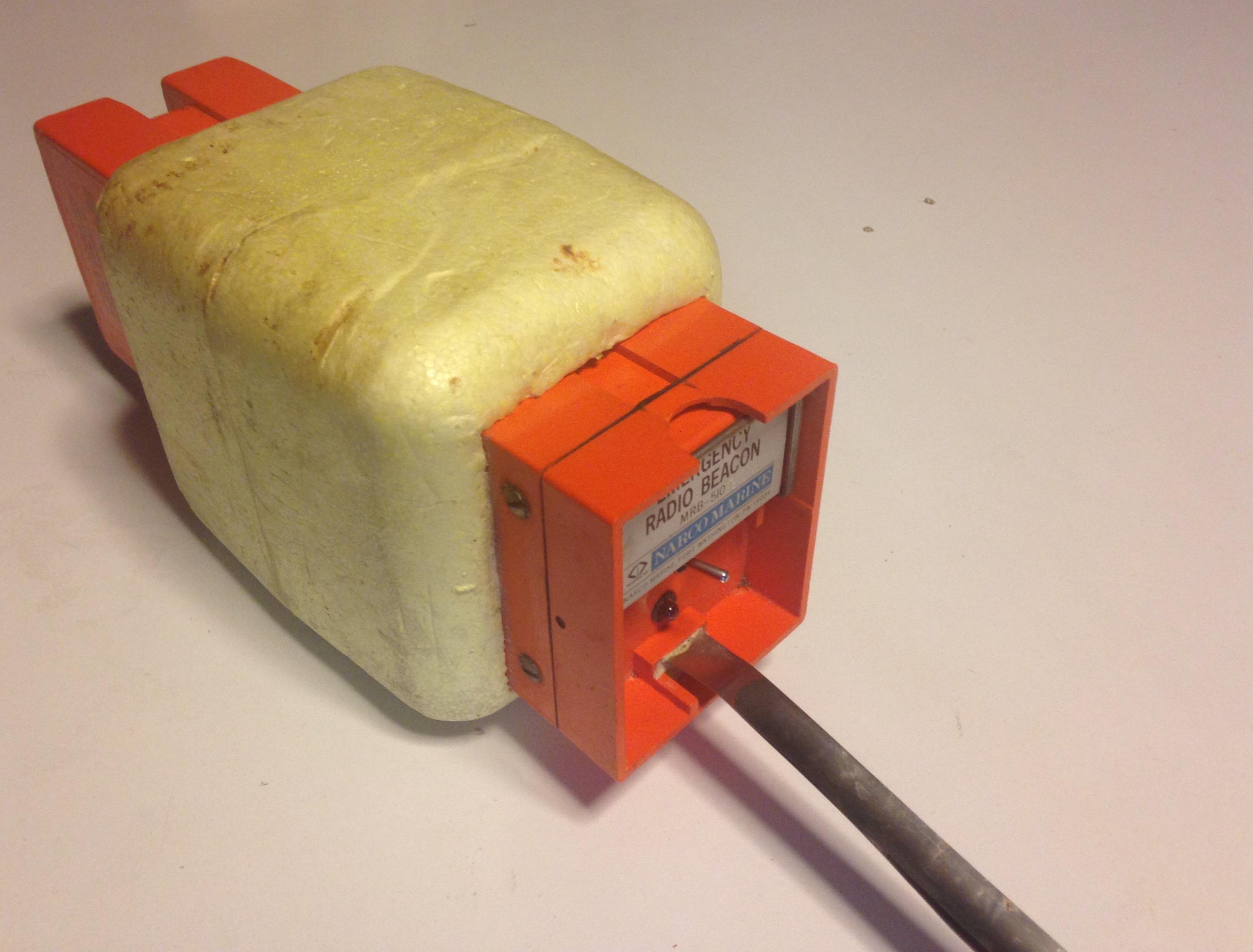 Il trasmettitore d'allarme sulla frequenza di emergenza VHF 121.5